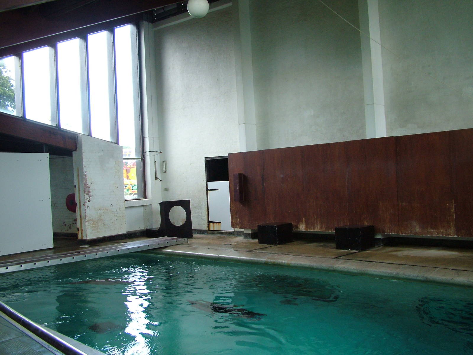 Indoor sealion pool at whipsnade 20 06 09 zoochat for Pool man show