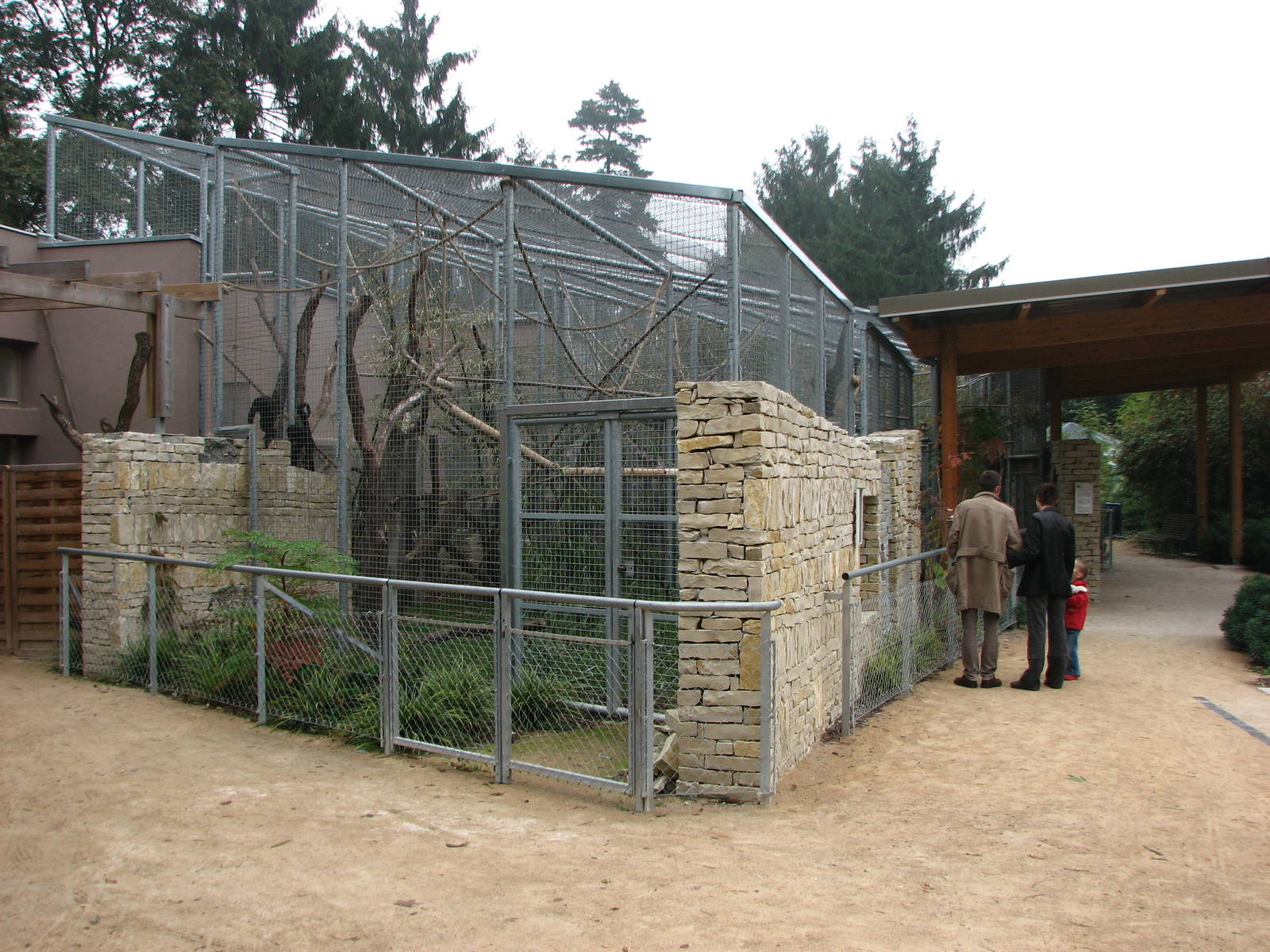 zoo de mulhouse 2006 spider monkey enclosure outside the primate house zoochat. Black Bedroom Furniture Sets. Home Design Ideas